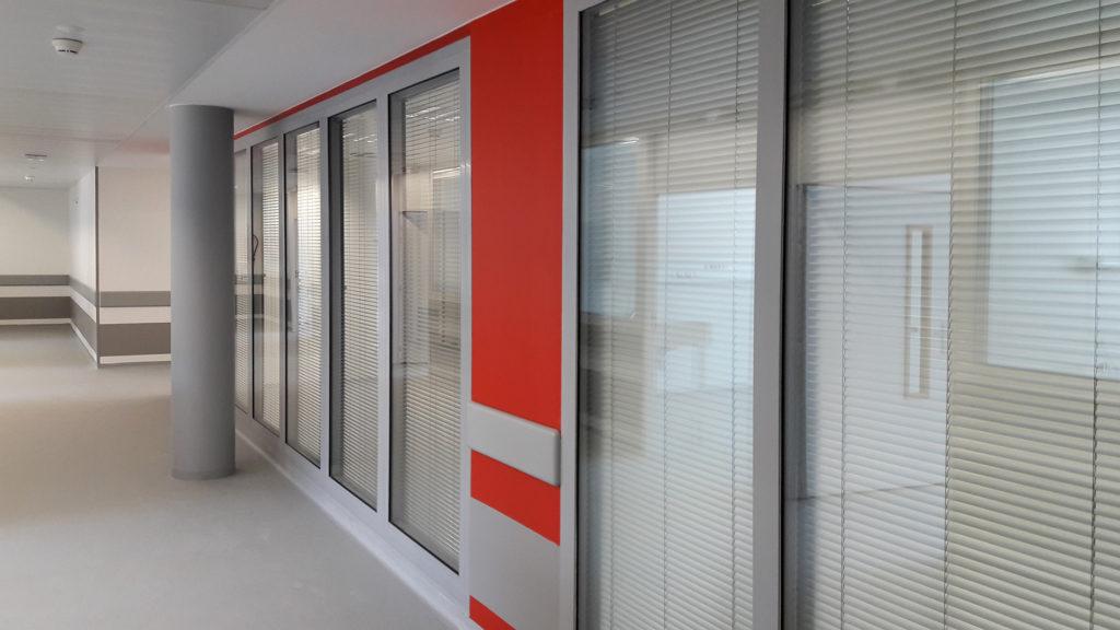 Châssis affleurants avec stores intégrés bureaux hôpital