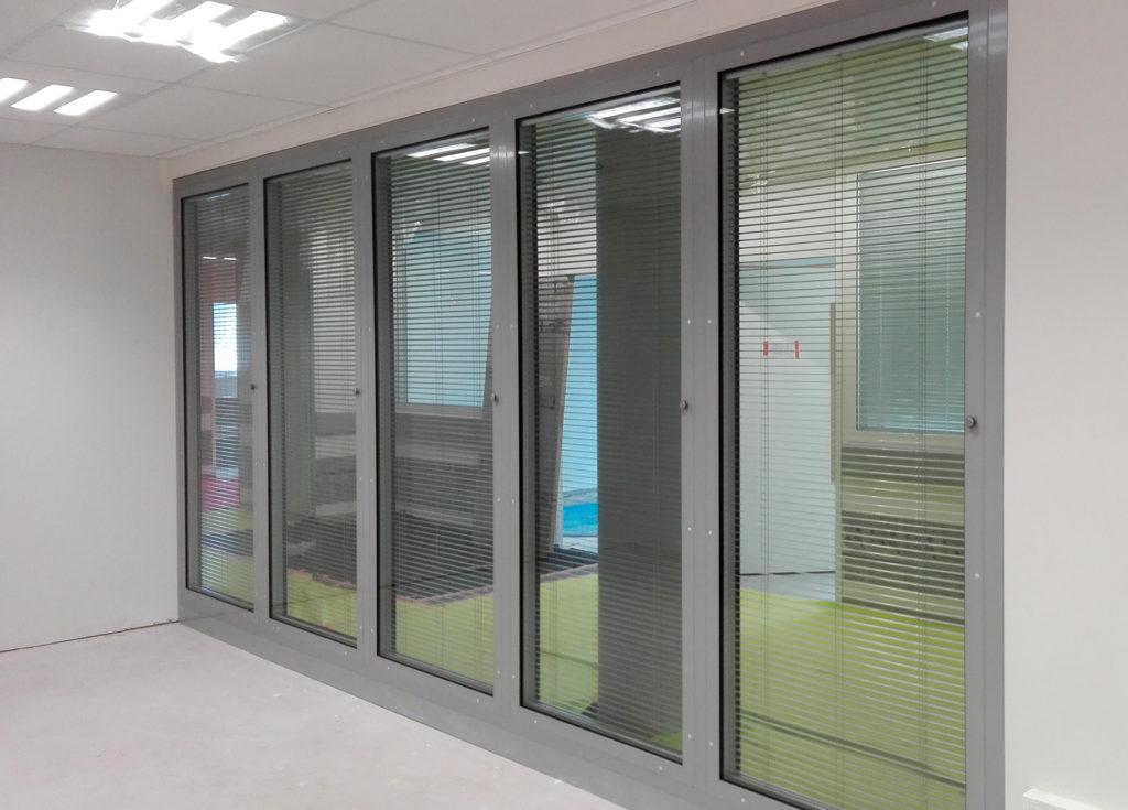 Châssis affleurants avec stores intégrés salle de consultation hôpital