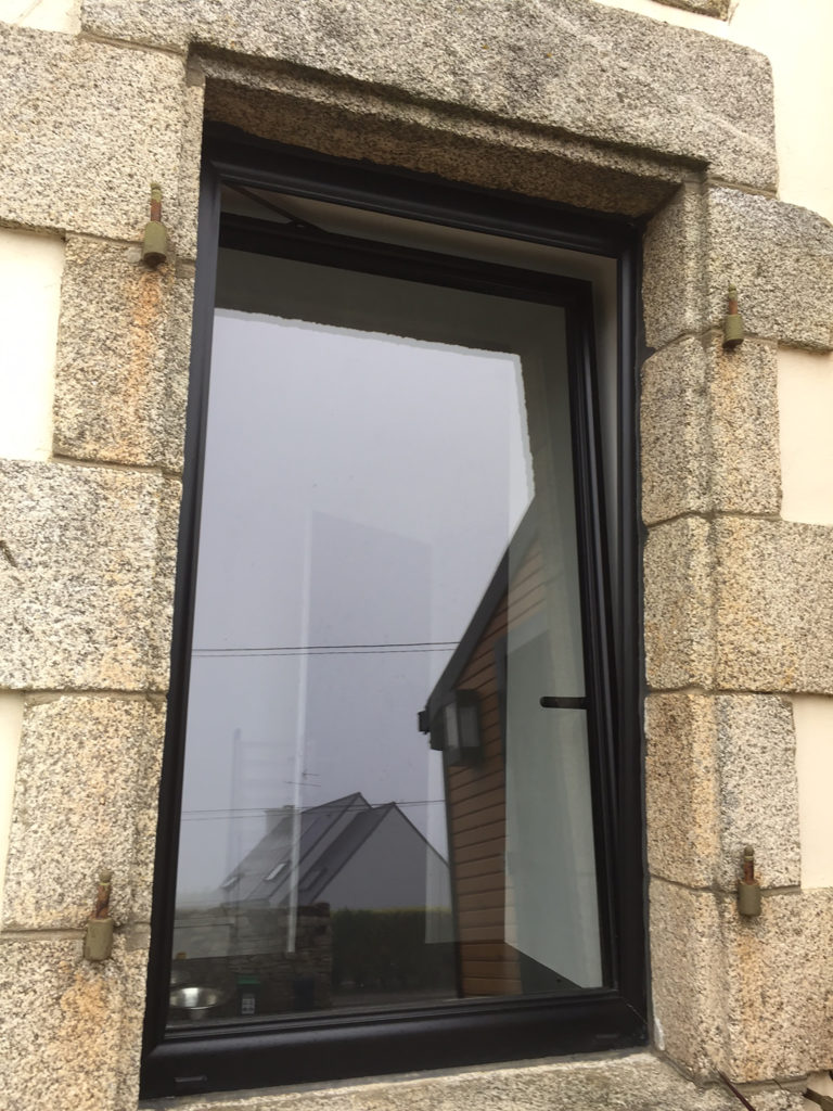 Fenêtre oscilllo-battante sur bâtiment communal