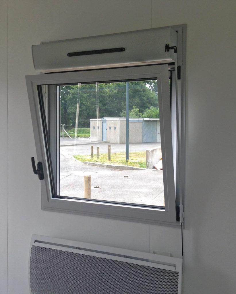 Fenêtre oscillo-battante sur bâtiment hors site