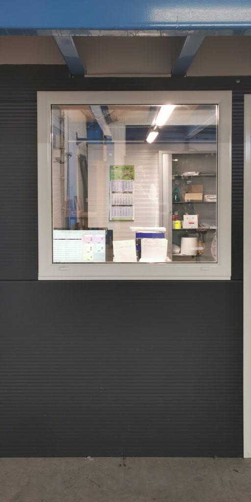 Châssis fixe aluminium dans bureau logistique