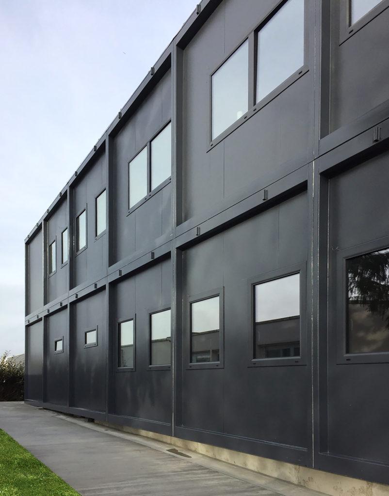 Agence bancaire équipée de fenêtres fixes